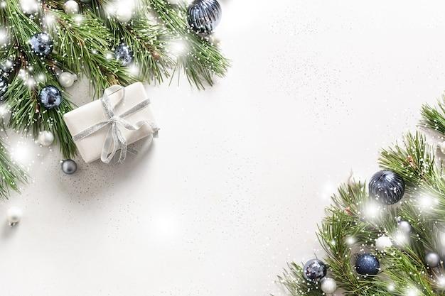 白い贈り物、青いボールとクリスマス雪のバナー