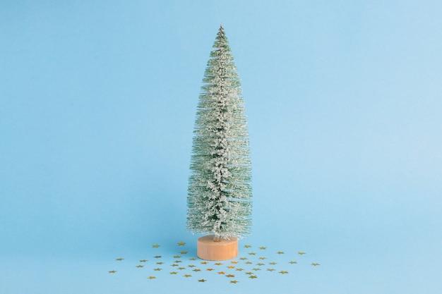 クリスマスの雪の木とパステルブルーの背景