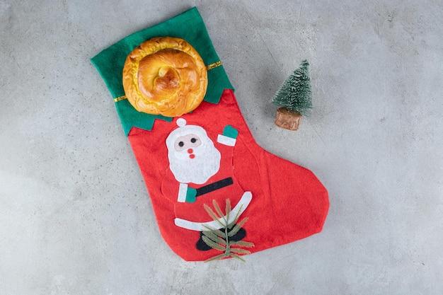 크리스마스 양말과 대리석 표면에 작은 나무 입상