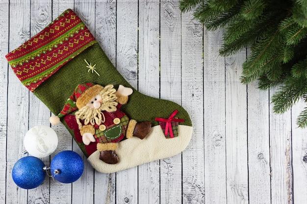 Рождественский носок на деревянном столе