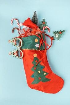Рождественский носок с изолированными подарками