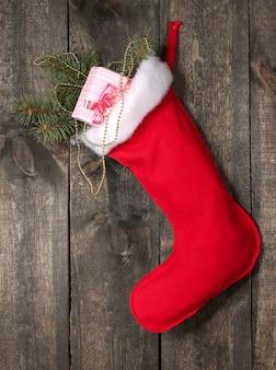 木製の背景にギフトとクリスマスの靴下