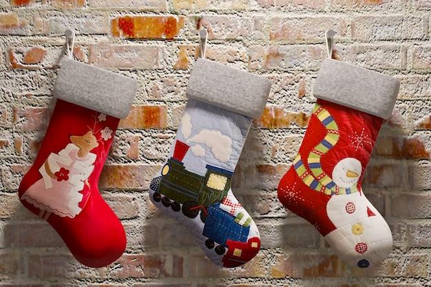 벽돌 벽에 걸려 크리스마스 양말