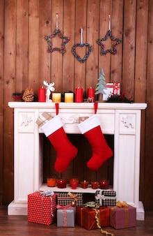 部屋の暖炉にぶら下がっているクリスマスの靴下