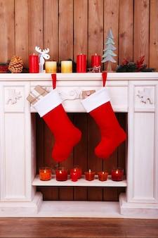 방의 벽난로에 매달려 있는 크리스마스 양말