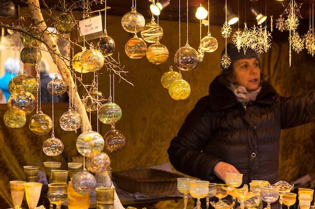 유럽의 카운터에 있는 크리스마스 기념품, 동화가 있는 페인트 유리 크리스마스 공.