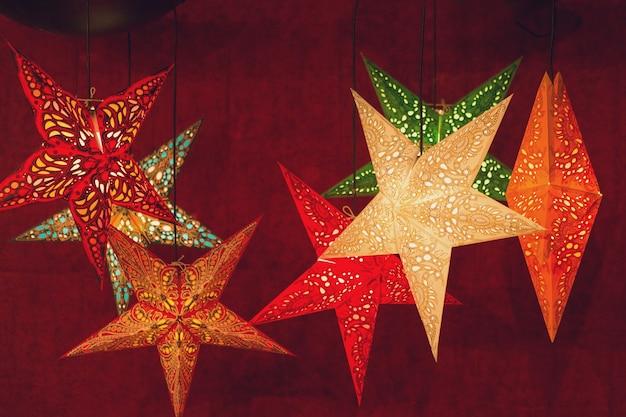 유럽의 카운터에 있는 크리스마스 기념품