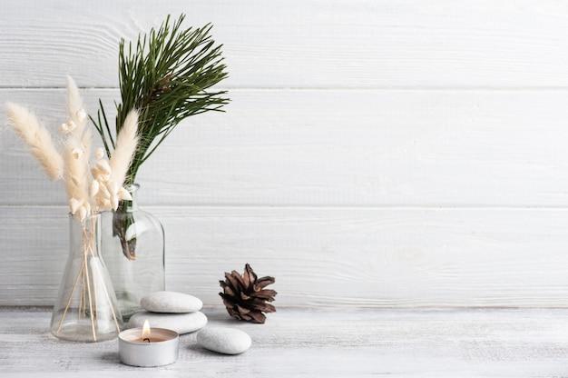 松の木の枝と火のともったろうそくのクリスマスspa構成。美容ウェルネス、ボディケアトリートメント。
