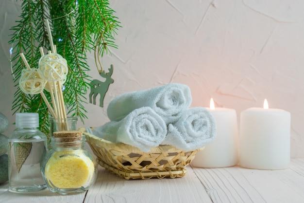 촛불과 전나무 가지 크리스마스 스파 트리트먼트