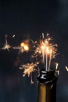 夜にシャンパンのボトルでクリスマス線香花火