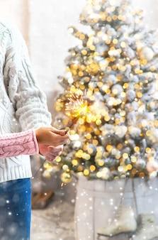 남자와 여자의 손에 크리스마스 폭죽. 휴일. 선택적 초점입니다. 사람들.