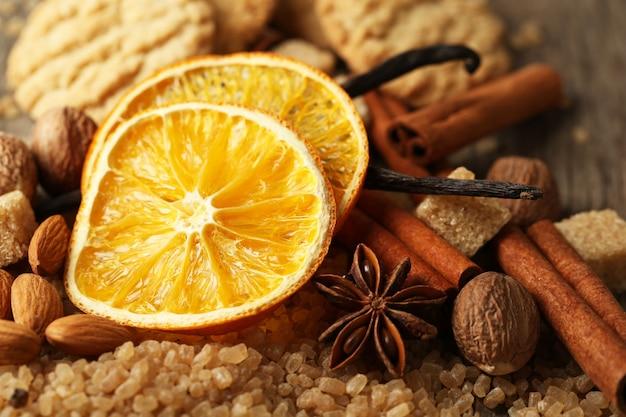 Рождественские специи, орехи и ингредиенты для выпечки, крупный план