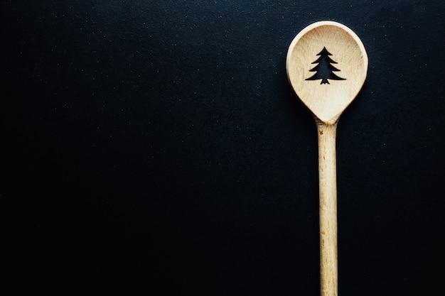 Рождественская ложка на темном столе
