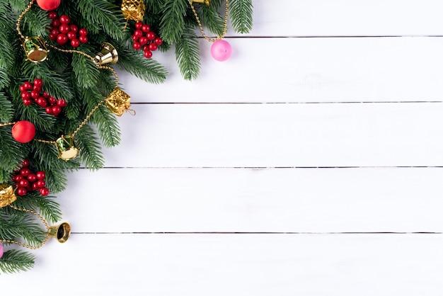 クリスマススプルースの枝と木製の背景に装飾。