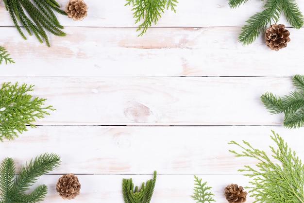 木製の背景コンセプトのクリスマススプルースの枝