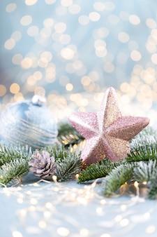 Рождественская ель со звездой и размытыми блестящими огнями