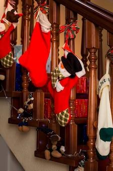 크리스마스 계단 장식 및 크리스마스 양말 준비 옆에 선물 선물 상자는 끝입니다...