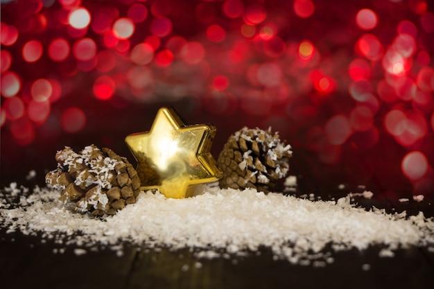 빨간 불빛, 흰색 snoflakes와 눈 인사말 카드에 크리스마스 스타와 콘