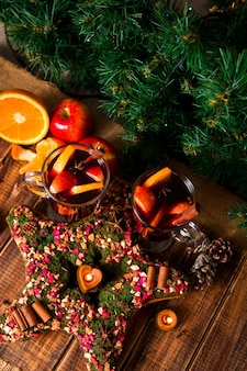 木製のテーブルにフルーツとスパイスとホットワインの近くのクリスマスの星