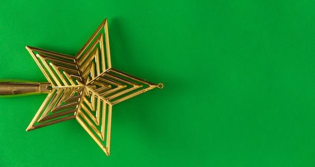 緑の背景にクリスマスの星。スペースをコピーします。セレクティブフォーカス。