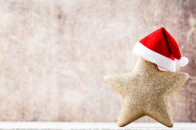 산타 모자와 함께 크리스마스 스타입니다. 빈티지 배경입니다.