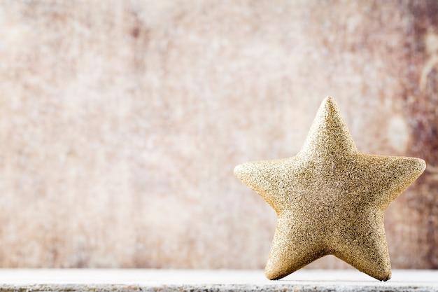 Рождественская звезда в шляпе санты. фон винтажей.