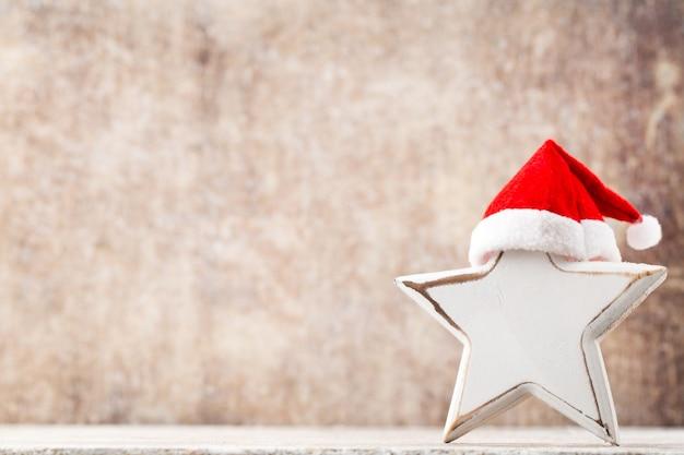 Рождественская звезда в шляпе санты.
