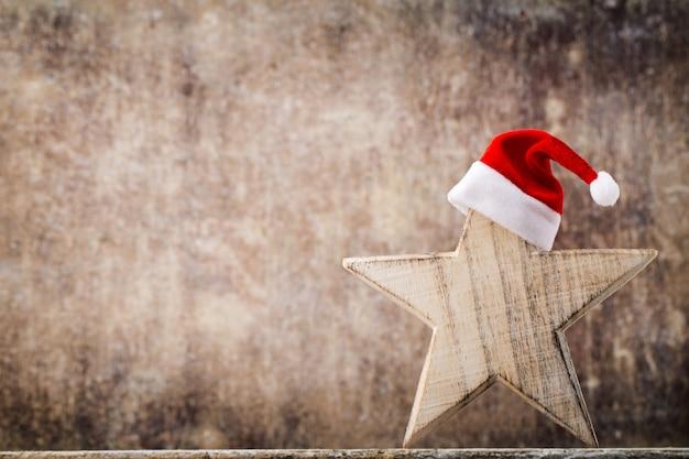 クリスマススターサンタ帽子。クリスマスのパターン。灰色の背景。
