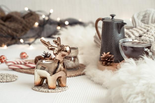 居心地の良い家庭的な雰囲気の中で、お祭りの装飾が施されたクリスマスの静物背景。クリスマスを祝うというコンセプト。