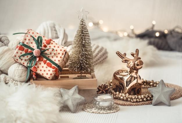 축제 장식으로 크리스마스 정물 테이블입니다.
