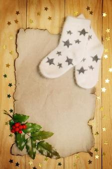 クリスマスの静物暖かい靴下と古紙