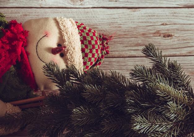 モミの木と雪だるまのクリスマスの静物。スペースをコピーします。セレクティブフォーカス。
