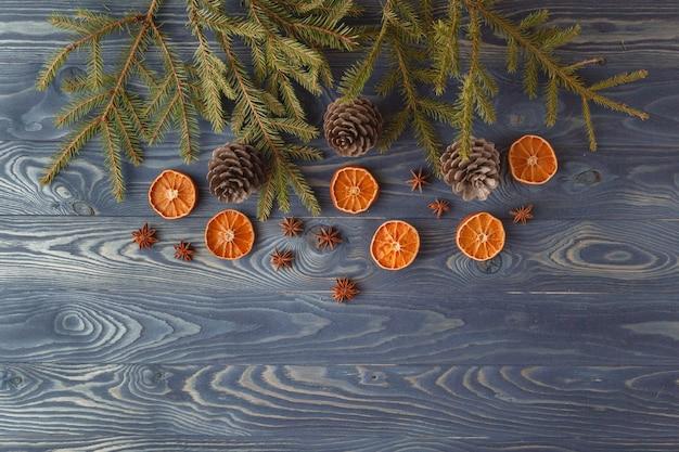나무에 전통적인 진저 쿠키와 함께 크리스마스 정