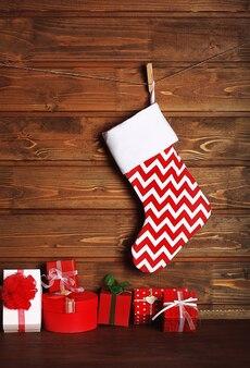 크리스마스 스타킹과 나무 벽에 선물