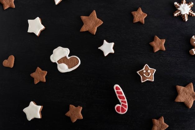クリスマスの靴下と黒の背景にジンジャーブレッドの星。伝統的なペストリー。