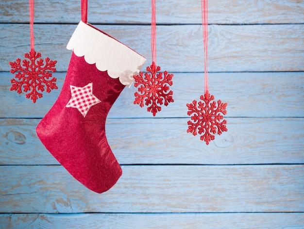 나무 배경에 매달려 크리스마스 스타킹