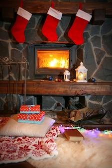 クリスマスイブの真夜中に暖炉の上にぶら下がっているクリスマスの靴下
