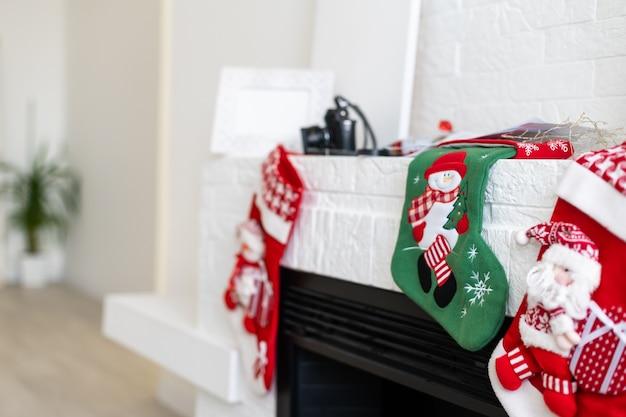 벽난로 벽난로에 크리스마스 스타킹