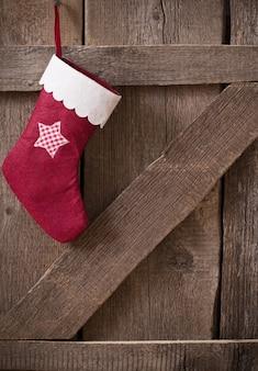 나무 벽에 크리스마스 stockingwith 선물