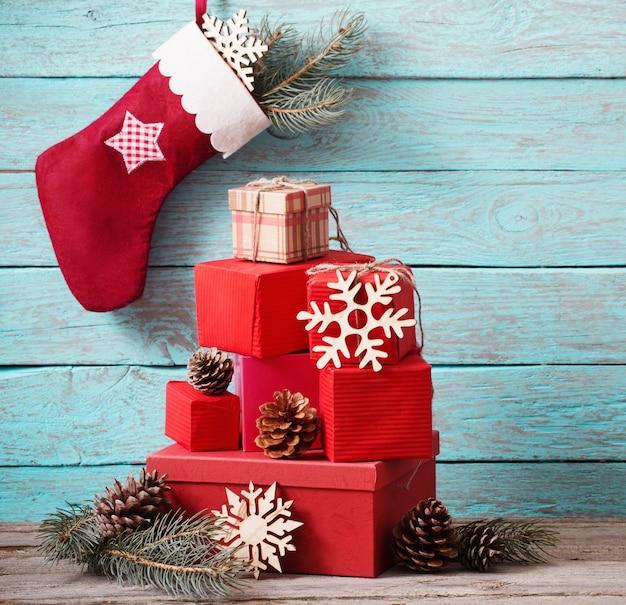 Рождественский чулок с подарками на деревянной стене