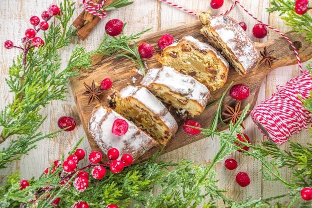 설탕 마지 판과 건포도를 입힌 크리스마스 stollen