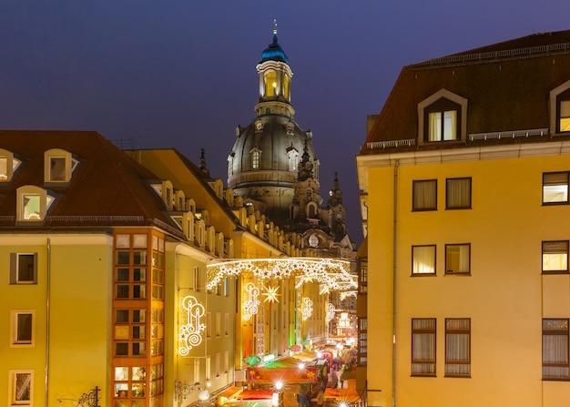 독일 드레스덴의 밤 크리스마스 거리