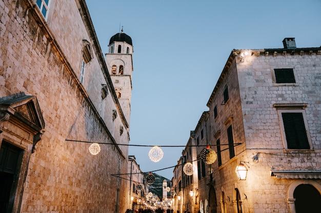 Рождественские уличные украшения на площади старого города дубровник в хорватии на новый год