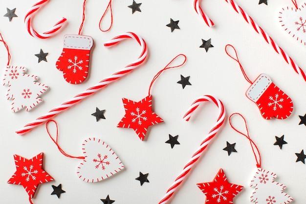 흰색과 붉은 색의 사탕과 크리스마스 장식의 크리스마스 표면