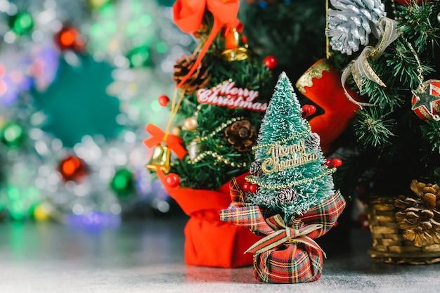 나무에 장식 및 선물 상자 크리스마스 표면