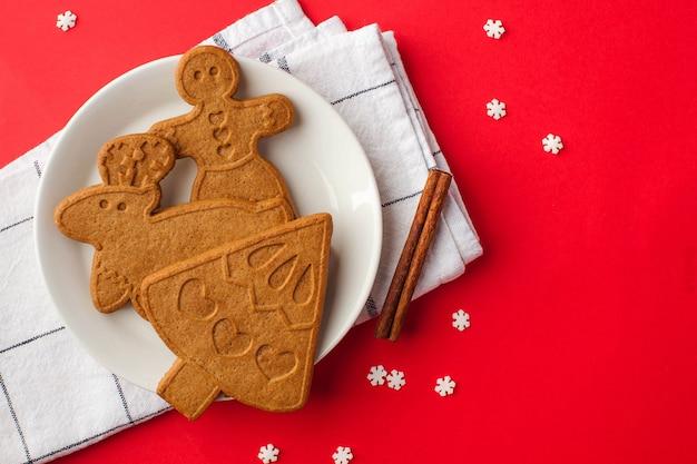 가벼운 나무 표면에 생강 쿠키와 향신료와 함께 크리스마스 표면