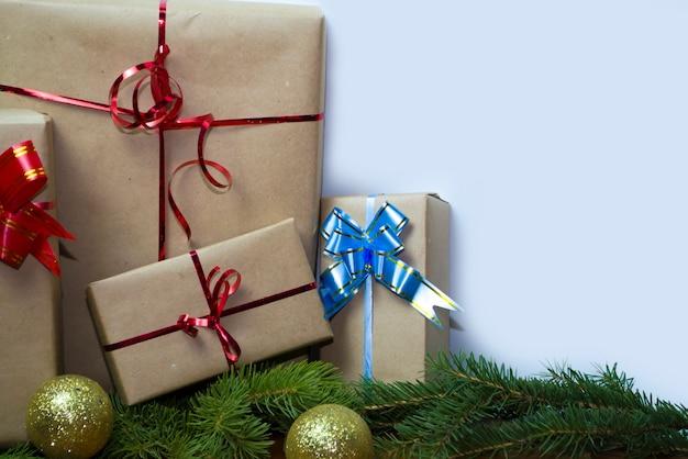 空白のギフトカードが付いているクリスマスの持続可能なギフトボックスクリスマスゼロは、茶色の紙で箱を無駄にします...