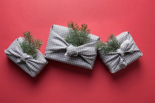 灰色の繊維で包まれたクリスマスの持続可能な贈り物