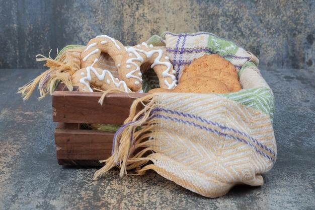 大理石のテーブルの上のバスケットのクリスマスの甘いクッキー
