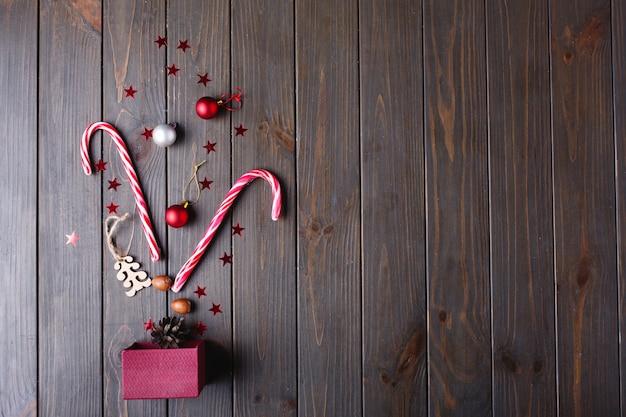 Рождественские сладости и место для текста. новогодняя подарочная коробка и прочие мелочи лежат